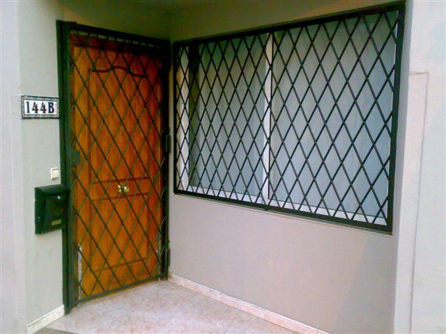 Rejas de seguridad en barcelona rejas decorativas en - Pintar puerta galvanizada ...